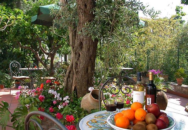 Śródziemnomorski ogród to idealne miejsce na odpoczynek z kieliszkiem włoskiego wina w ręce.
