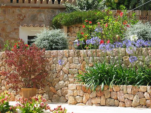 Ogród w południowym stylu wyróżnia się  nieregularnością linii i wielopoziomowością.