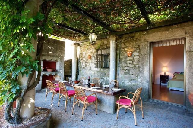 Kolejne wyróżniki śródziemnomorskiego ogrodu: kamienny grill i  altana z zielonym dachem